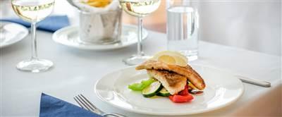 Gebackenes Fischfilet mit Gemüse und Zitrone