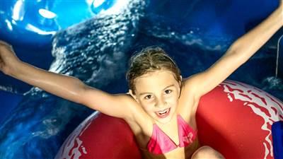 Mädchen auf einem Schwimmreifen in einem Pool