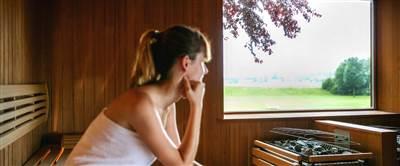 Frau mit Handtuch in Sauna