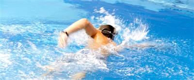 Junge beim Schwimmen in einem Sportbecken