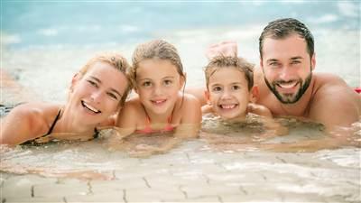 Nahaufnahme einer Familie mit 2 Kindern in einem Thermalbad