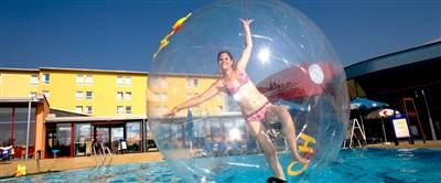 Frau beim Aqua-Zorbing im Schwimmbecken